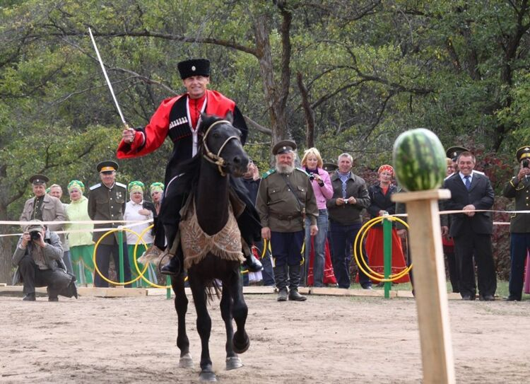 Олег Кожемяко скачет на лошади