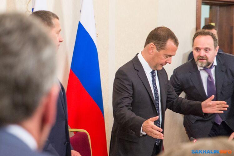 Дмитрий Медведев входит насовещание