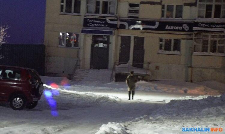 Человек, внешне похожий наК.Степанова, вышел изподъезда бывшей гостиницы, фото сделаны вразные днина прошлой неделе