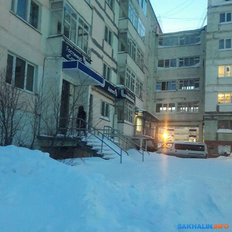 Человек, внешне похожий наИрину Чудинову, заходит вподъезд бывшей гостиницы