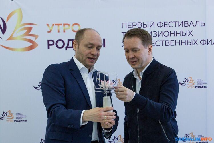 Евгений Миронов получает фарфоровый лотос