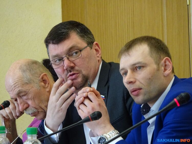 Александр Колодкин (в центре)