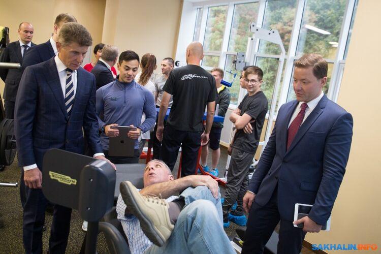 Александр Верховский демонстрирует один изтренажеров