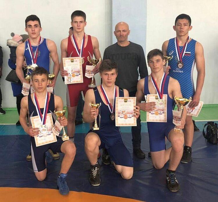 Восемь медалей завоевали сахалинские борцы на всероссийском турнире в Тынде