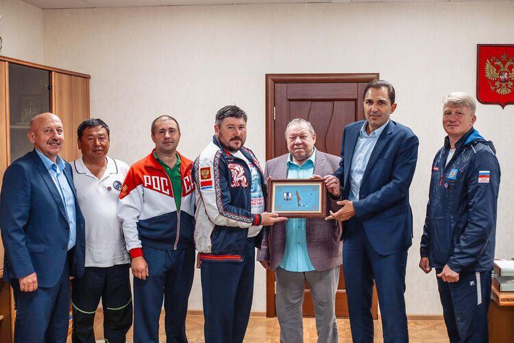 Участники эстафетного заплыва через пролив Лаперуза рассказали о рекорде сахалинским депутатам