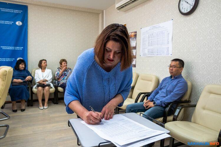Виктория Черкасова подписывает итоговый протокол