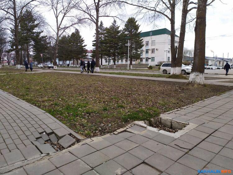 У здания администрации Тымовского