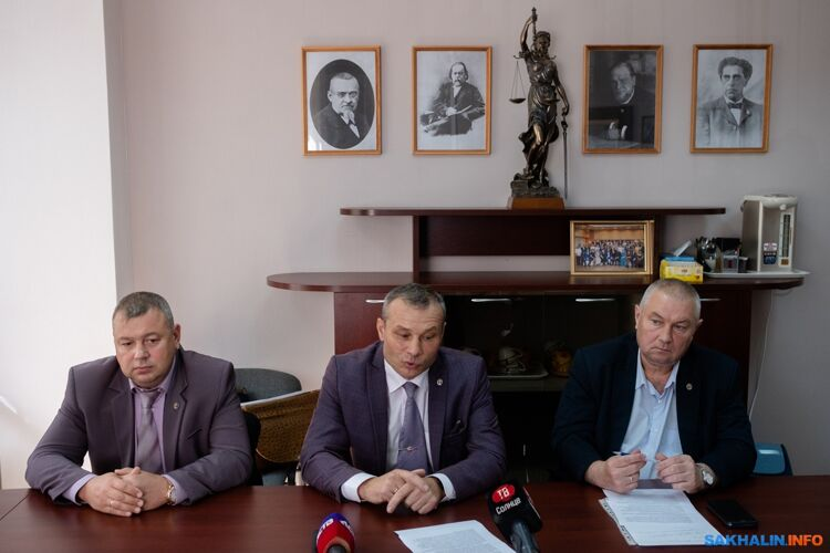 Александр Кулешов иактивно вступившие вдело адвокаты— Сергей Протопопов (слева) иОлег Решетник (справа)