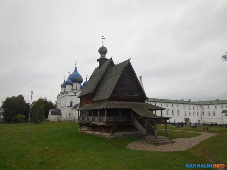 Контраст каменного идеревянного зодчества. Территория Кремля