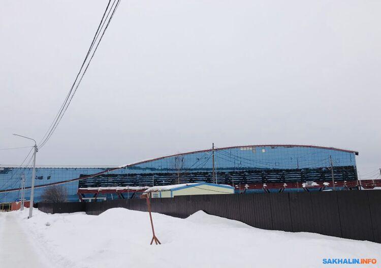 На этом фото видно, как фасад несданного аэровокала уже осыпается