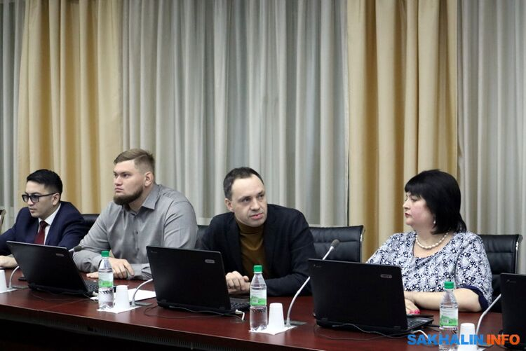 Иван Бутаков (в центре)