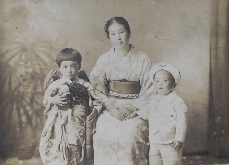 Японская семья: мама, старшая сестра и сам японский друг в детском возрасте, фото из архива семьи Приемченко