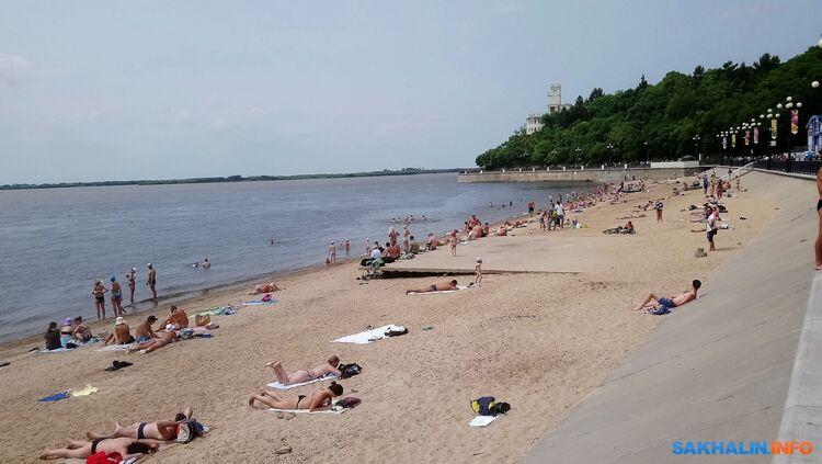 Купаться запрещено, но люди устраивают стихийные пляжи
