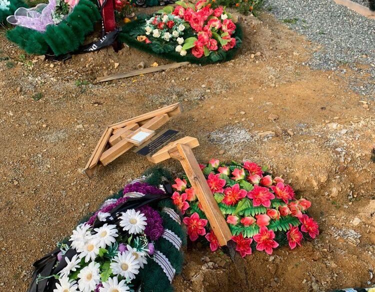 Аллею почётных захоронений разгромили на кладбище Южно-Сахалинска