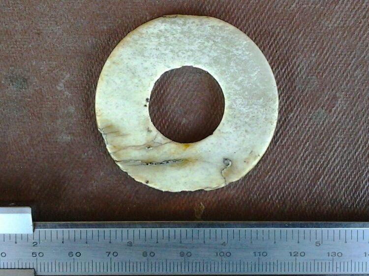 Украшение из камня - шлифованный диск с отверстием - замечательная находка экспедиции